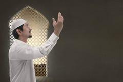 Giovane uomo musulmano asiatico che prega al dio Fotografia Stock