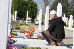Giovane uomo musulmano vicino alla sua tomba del padre immagine stock libera da diritti