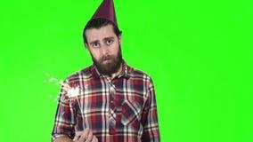 Giovane uomo noioso che celebra con una stella filante video d archivio