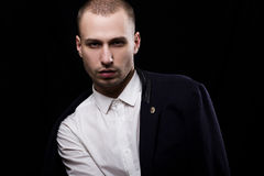 Giovane uomo non rasato alla moda in una camicia bianca ed in un rivestimento nero sopra Fotografia Stock