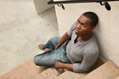 Giovane uomo serio dell'afroamericano che sembra arrabbiato immagine stock