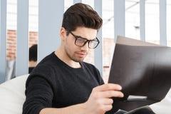 Giovane uomo sicuro di affari che lavora all'ufficio immagini stock