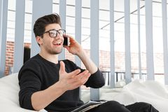 Giovane uomo sicuro di affari che lavora all'ufficio fotografia stock libera da diritti