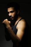 Giovane uomo sicuro di forma fisica con le forti mani e pugni chiusi Fotografia Stock