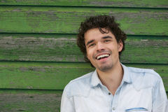 Giovane uomo sorridente all'aperto Fotografia Stock Libera da Diritti