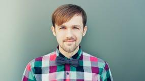 Giovane uomo sorridente in camicia con la cravatta a farfalla Immagini Stock