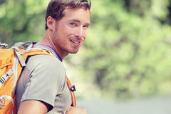 Giovane uomo sorridente dello zaino in natura della foresta di estate Immagine Stock Libera da Diritti