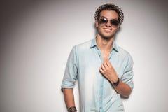 Giovane uomo sorridente di modo che ripara il suo collare Fotografia Stock Libera da Diritti