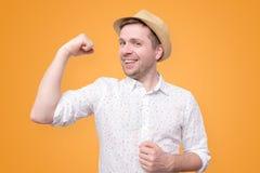 Giovane uomo turistico divertente nel bicipite di manifestazioni del cappello di estate fotografie stock