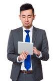 Giovane uso asiatico dell'uomo d'affari del telefono cellulare Immagine Stock Libera da Diritti