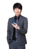 Giovane uso asiatico dell'uomo d'affari del telefono cellulare Immagini Stock