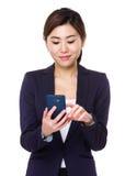 Giovane uso asiatico della donna di affari del cellulare Immagini Stock Libere da Diritti