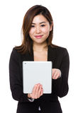 Giovane uso asiatico della donna di affari del pc della compressa Fotografia Stock
