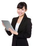 Giovane uso asiatico della donna di affari del pc della compressa Immagini Stock