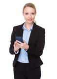 Giovane uso caucasico della donna di affari del cellulare Immagine Stock