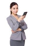 Giovane uso della donna di affari del cellulare Immagini Stock Libere da Diritti