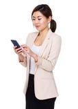 Giovane uso della donna di affari del cellulare Immagini Stock