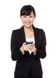 Giovane uso della donna di affari del cellulare Fotografia Stock Libera da Diritti
