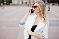 Giovane uso della donna di bellezza del telefono cellulare alla via Fotografia Stock