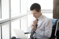Giovane utente del computer che ha dolore del polso immagine stock libera da diritti