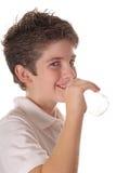 Giovane verticale dell'acqua potabile del ragazzo Immagine Stock