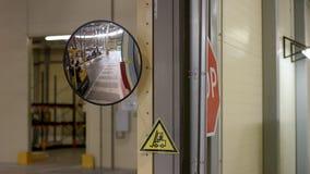 Giovane in vestiti da lavoro, lavorare occupato di Reachtruck del driver al deposito del magazzino di logistica Uomo che guida un fotografia stock