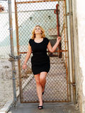 Giovane vestito caucasico grassoccio dal nero della donna immagini stock libere da diritti