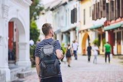 Giovane viaggiatore in città fotografia stock libera da diritti
