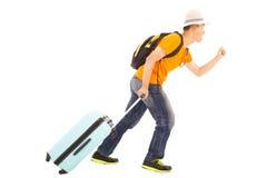 Giovane viaggiatore con zaino e sacco a pelo che corre felicemente per viaggiare universalmente Fotografia Stock Libera da Diritti