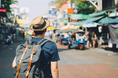 Giovane viaggiatore con zaino e sacco a pelo di viaggio asiatico nel mercato all'aperto della strada di Khaosan fotografie stock