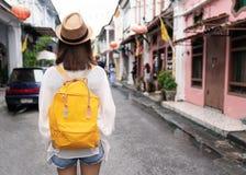 Giovane viaggiatore con zaino e sacco a pelo di viaggio asiatico nel mercato all'aperto della strada di Khaosan a Bangkok, Tailan fotografia stock libera da diritti