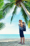 Giovane viaggiatore con zaino e sacco a pelo femminile su una spiaggia Fotografie Stock