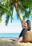 Giovane viaggiatore con zaino e sacco a pelo femminile su una spiaggia Immagine Stock Libera da Diritti