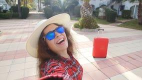 Giovane viaggiatore felice della donna sulla vacanza nella località di soggiorno che prende selfie stock footage