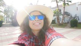 Giovane viaggiatore felice della donna sulla vacanza nella località di soggiorno che prende selfie archivi video