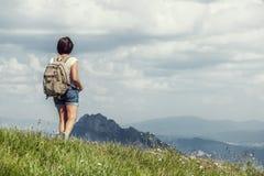 Giovane viaggiatore femminile che backpacking nelle montagne Fotografia Stock Libera da Diritti