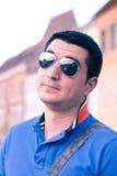 Giovane viaggiatore freddo con gli occhiali da sole Fotografie Stock