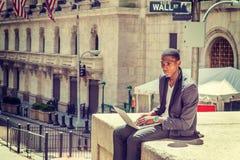 Giovane viaggio afroamericano dell'uomo, lavorante a New York Immagine Stock