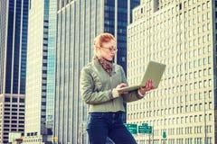 Giovane viaggio americano della donna di affari, lavorante a New York Immagini Stock Libere da Diritti