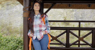 Giovane viandante femminile che si rilassa ad un'allerta della montagna Fotografia Stock Libera da Diritti