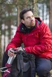 Giovane viandante maschio con lo zaino in foresta fotografia stock libera da diritti