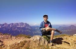 Giovane viandante sulle montagne di Kitzbuhel, Tirolo Fotografie Stock Libere da Diritti