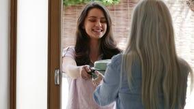 Giovane vicino femminile che aiuta donna senior stock footage
