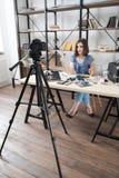 Giovane video grazioso della registrazione di blogger sulla macchina fotografica Fotografia Stock