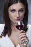 Giovane vino adulto dell'assaggio Fotografia Stock