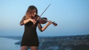 Giovane violinista concentrato che gioca mentre stock footage