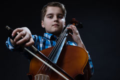 Giovane violoncellista che gioca musica classica sul violoncello Immagini Stock