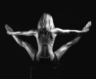 Giovane vista della parte posteriore della donna di yoga di sport che posa mentre facendo PS relativo alla ginnastica Immagini Stock Libere da Diritti
