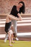 Giovane vita della ballerina Aiuto nell'insegnamento Fotografia Stock
