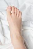 Giovane woman& x27; piede nudo di s Immagini Stock